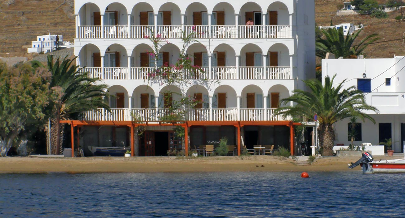 The Maistrali Hotel in Serifos is located in front of the beach, it is an exceptional serifos beach hotel !